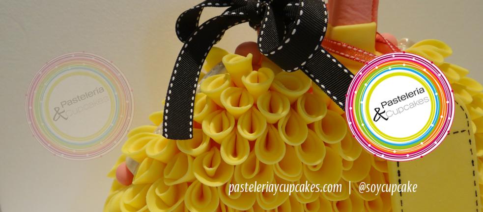 Bolsa de mano con pétalos amarillos