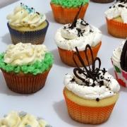 surtido de cupcakes y decoracion
