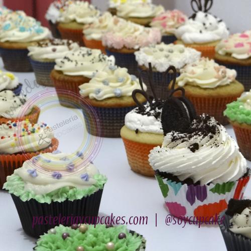 Cupcakes surtido y variedad de decoraciones